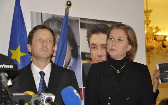 Tzipi Livni et Isaac Herzog à  la cérémonie de commémoration à l'ambassade de France le 8 janvier 2015 (Crédit : Illana Attali/Times of Israel)