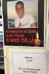 Une affiche marquant le huitième anniversaire de l'assassinat d'Ilan Halimi sur les murs du restaurant Chez Guichi restaurant à Paris, le 12 janvier 2015. (Crédit : Elhanan Miller/Times of Israel)