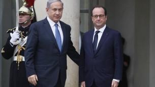 Le président François Hollande accueillant le Premier ministre israélien Benjamin Netanyahu le 11 janvier 2011 avant la marche de commémoration (Crédit : AFP PHOTO/MATTHIEU ALEXANDRE)