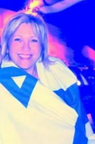Anett Haskai drapée du drapeau israélien (Crédit : Autorisation)