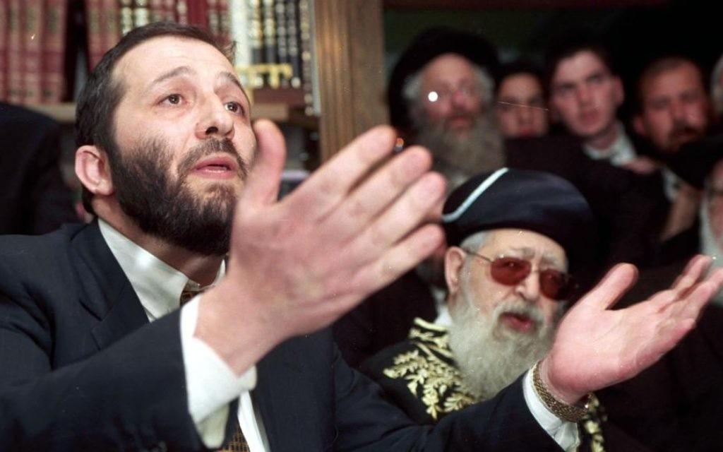 Aryeh Deri et le Rav Ovadia Yosef, le 17 mars 1999. (Crédit : Flash90)