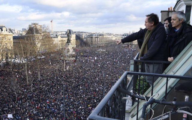 Rassemblement sur la place de la République le 11/01/2015 en commémoration aux victimes de l'attentat de Charlie Hebdo et de la prise d'otage de l'épicerie casher. (Crédit : BERTRAND GUAY/AFP)