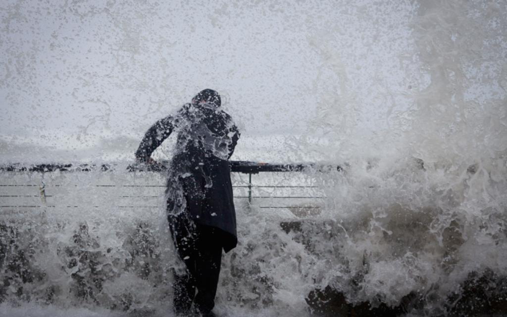 Un homme juif orthodoxe est trempé au port de Tel Aviv. Une tempête de neige devrait frapper Jérusalem et les zones environnantes plus tard cet après-midi. Le 7 janvier 2015. (Crédit : Amir Levy / FLASH90)