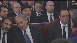 Capture d'écran Benjamin Netanyahu assis à côté de Joël Mergui et François Hollande (crÉDIT :BFMTV)