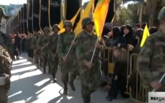Capture d'écran d'une parade des membres du Hezbollah (Crédit : France 24)