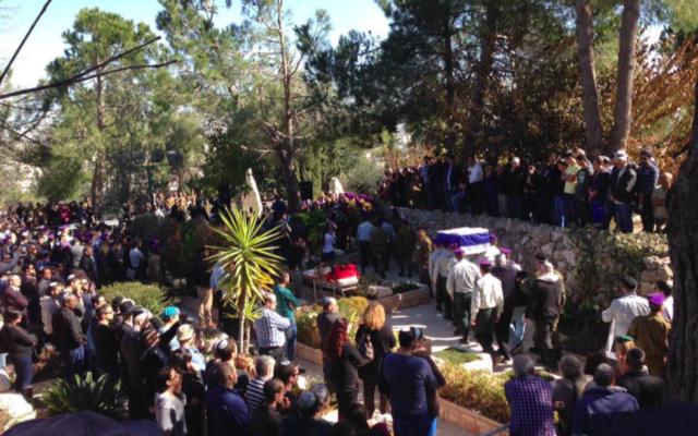 Capture d'écran des funérailles du capitaine Yochai Kalangel, 25 ans, au cimetière militaire du mont Herzl à Jérusalem - 29 janvier 2015 (Crédit : autorisation Israel news flash)