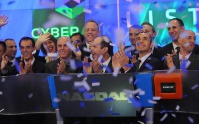 Le personnel et les responsables de CyberArk Nasdaq célèbrent leur entrée en bourse  (Crédit : Autorisation)