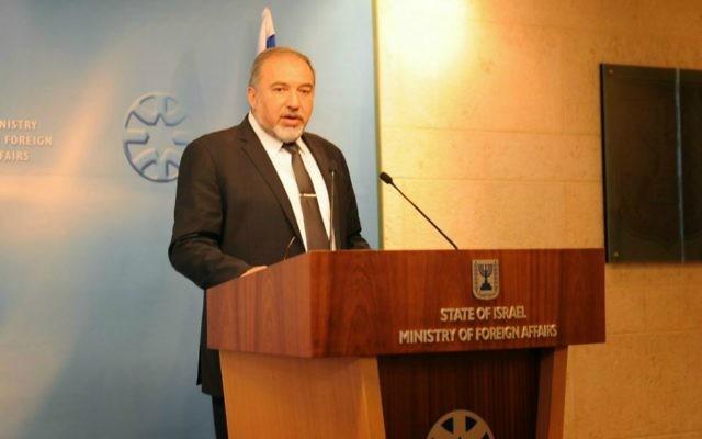 Le ministre des Affaires étranères Avigdor Liberman s'adressant aux diplomates israéliens à Jérusalem le 14 janvier 2015 (Crédit : Elram Mandel)