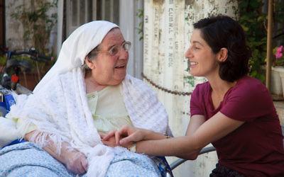 Miriam Berkowitz (d) et l'une de ses patientes à l'hôpital Saint-Louis de Jérusalem (Crédit : Yitz Woolf)