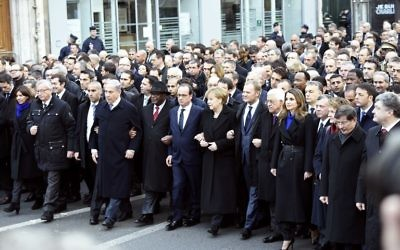 La maire de Paris Anne Hidalgo, le président de la Commission européenne Jean-Claude Juncker, le Premier ministre Benjamin Netanyahu, le président malien Ibrahim Boubacar Keita, le président français François Hollande, la chancelière allemande Angela Merkel, le président de l'Union européenne Donald Tusk, le président palestinien Mahmoud Abbas, la reine de Jordanie Rania, le roi de Jordanie Abdullah II, la présidente suisse Simonetta Sommaruga, le Premier ministre turc Ahmet Davutoglu et le président ukrainien Petro Porochenko (Crédit ERIC FEFERBERG/AFP)