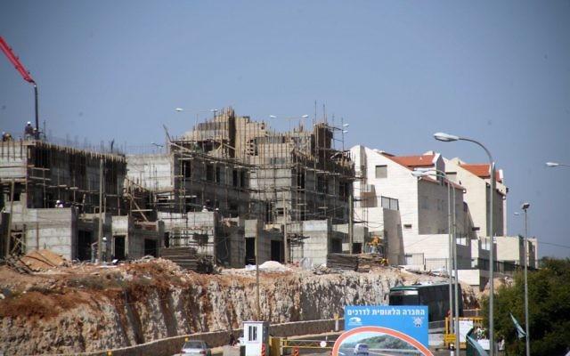 Construction à Kiryat Arba, près d'Hebron en 2010 (Crédit : Najeh Hashlamoun/Flash90)