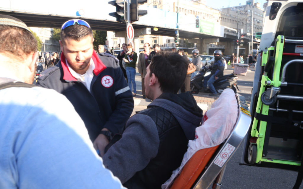 Un des passagers du bus en train de se faire soigner par les paramédicaux de Magen David Adom - 21 janvier 2015 (Crédit : Flash 90)