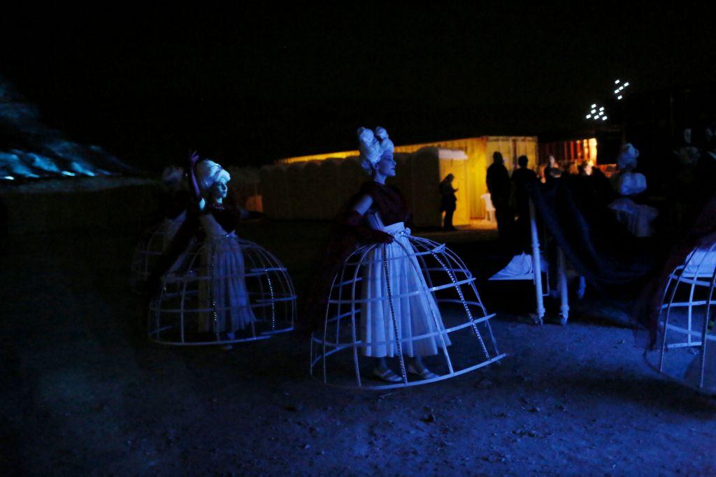 Le cast attendant en coulisse lors de la répétition générale de La Traviata de l'Israeli Opera  à Masada le mois de juin dernier (Crédit : Miriam Alster/Flash 90)