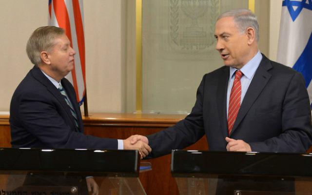 Le Premier ministre Benjamin Netanyahu et le sénateur américain Lindsey Graham au bureau du Premier ministre à Jérusalem le 27 décembre 2014 (Crédit: Amos Ben Gershom/GPO/Flash90)