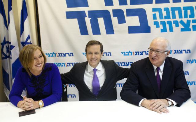 La chef du parti Hatnua Tzipi Livni (à gauche), chef de file du Parti travailliste Isaac Herzog (au centre) et le professeur Manuel Trajtenberg lors d'une conférence de presse le 31 décembre, 2014 annonçant la participation de Trajtenberg dans la liste commune Labor-Hatnua pour les prochaines élections à la Knesset en mars 2015. (Crédit  : Amir Levy / Flash90)