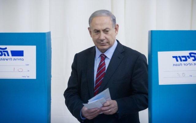 Le Premier ministre Benjamin Netanyahu, vote pour les élections primaires du Likud le 31 décembre 2014 (Crédit photo: Miriam Alster / Flash90)