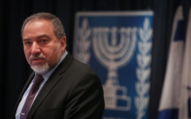 Le ministre des Affaires étrangères Avigdor Liberman à une conférence pour les ambassadeurs israéliens et des représentants en Europe, au ministère des Affaires étrangères à Jérusalem, le 4 janvier 2015. (Crédit : Hadas Parush / Flash90)