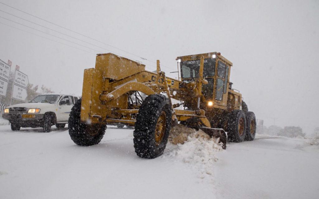 Un chasse-neige dans le plateau du Golan- 7 janvier 2015. (Crédit : Basal Awidat / FLASH90)