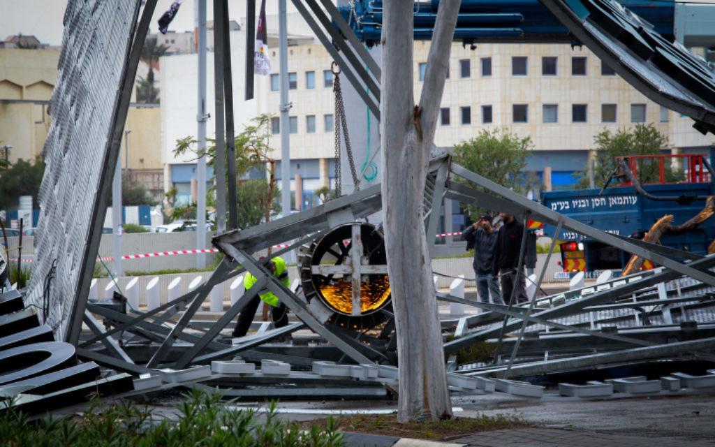 Les dommages quand un panneau de 50 tonnes s'est effondré en raison de vents violents à Netanya le 7 Janvier 2015. (Crédit : Chen Leopold / FLASH90