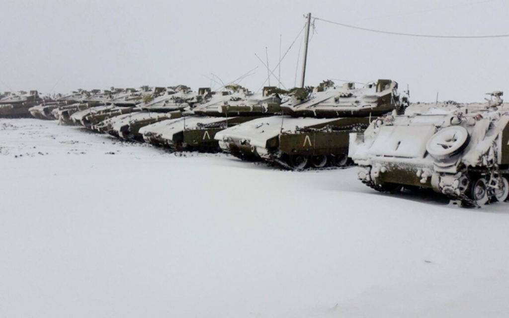 Les tanks de l'armée israélienne déployés sous la neige - 7 janvier 2015 (Crédit : Flash 90)