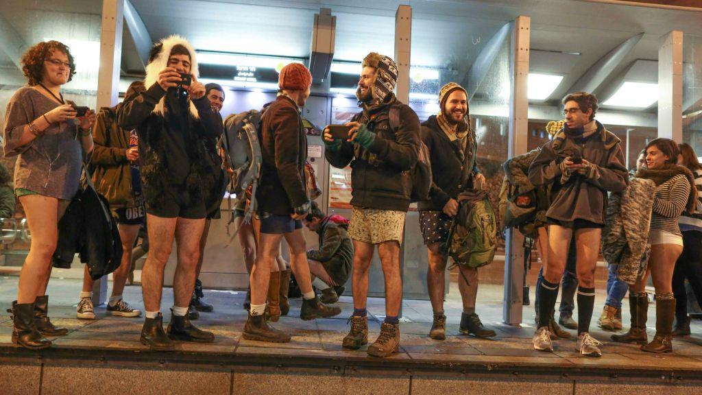 Les voyageurs sans pantalons attendant le tramway de Jérusalem pour le No Pants Train Ride le 11 janvier 2015 (Crédit : Nati Shohat/Flash 90)