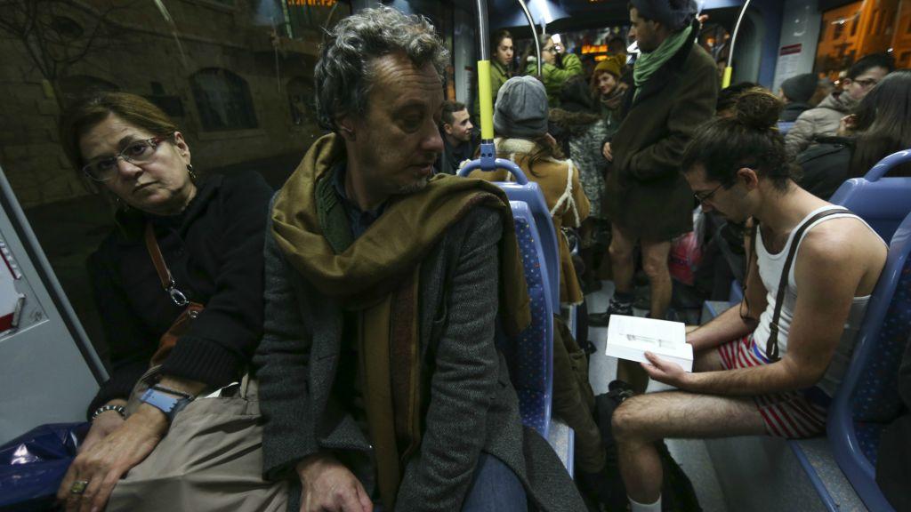 Un touriste argentin, Esteban jette un coup d'œil aux voyageurs argentins le No Pants Train Ride le 11janvier 2015 (Crédit : Nati Shohat/Flash 90)