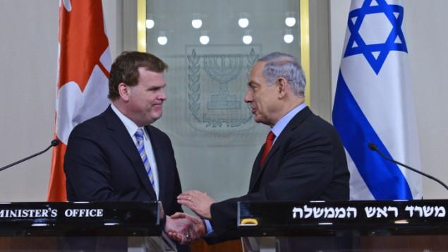 Le Premier ministre Benjamin Netanyahu serrant la main du ministre canadien des Affaires étrangères, John Baird, à Jérusalem le 19 janvier 2015 (Crédit :  Kobi Gideon/GPO)