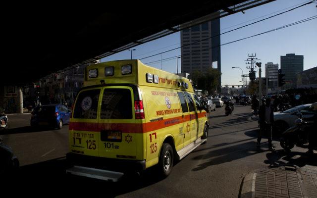 Les secours sur les lieux de l'attaque au couteau à Tel Aviv - 21 janvier 2015 (Crédit : Flash90)