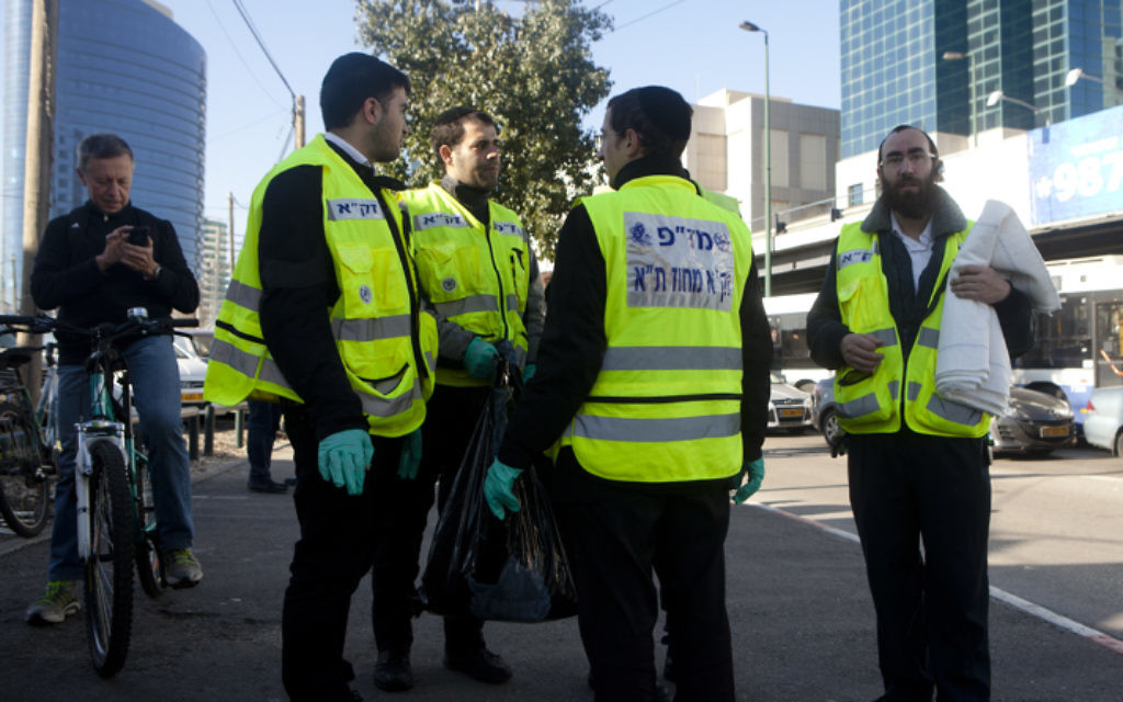 Les secours sur les lieux de l'attaque au couteau à Tel Aviv - 21 janvier 2015 (Crédit : Flash 90)