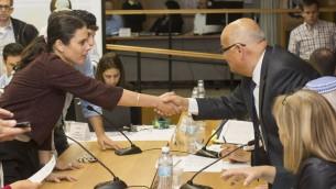 Ayelet Shaked serre la main du juge Salim Joubran de la Cour suprême le 29 janvier 2015 lors du dépôt de candidature pour les élections de mars 2015 (Crédit : Yonatan Sindel/Flash90)