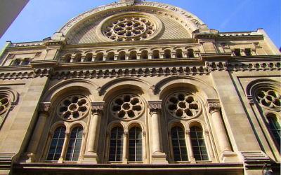 Façade principale de la synagogue de Paris (Crédit : Luiza Fediuc/Creative Commons)