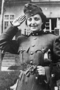 Hannah Senesh vêtue d'un uniforme de l'armée hongroise pour Purim (Crédit : Wikipedia)