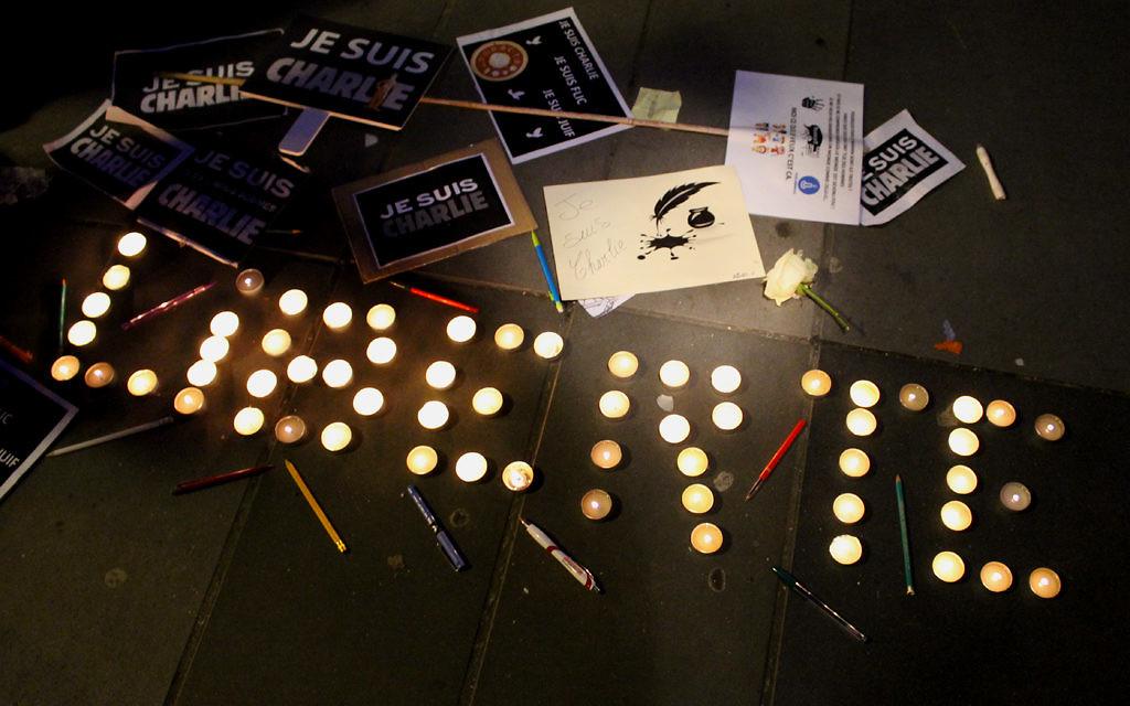 Des cierges, des stylos et des pancartes pour défendre la liberté d'expression lors de la Marche républicaine le 11 janvier 2015 (Crédit : Glenn Toarec/Times of Israel)