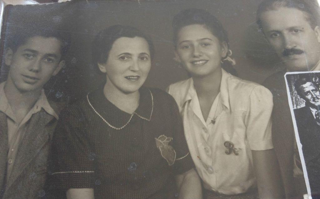 Renée Gancz, survivante de la Shoah, et sa famille avant leur déportation à Auschwitz. De gauche à droite :son frère  Nikolai, sa mère Bella, Renée, et son père Laslo (Crédit : Autorisation de Renee Gancz )
