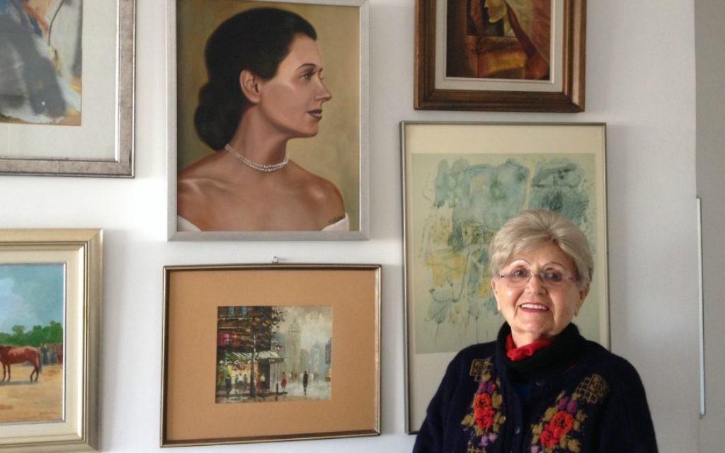 Renee Gancz, survivante de la Shoah, dans son appartement à Tel Aviv le 20 janvier 2015 (Crédit : Amanda Borschel-Dan/The Times of Israel)