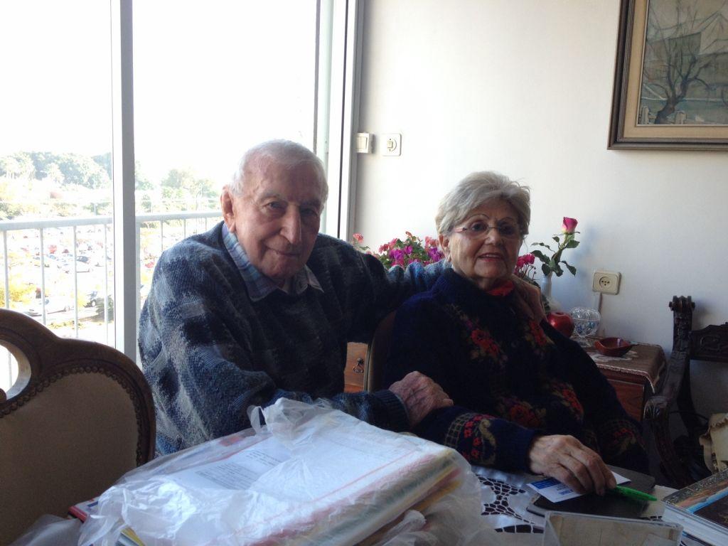 Les survivants de l'Holocauste Shmuel Gabor (99 ans) and Renée Gancz (87 ans) dans leur appartement de Tel-Aviv le 20 janvier 2015 (Crédit : Amanda Borschel-Dan/The Times of Israel)