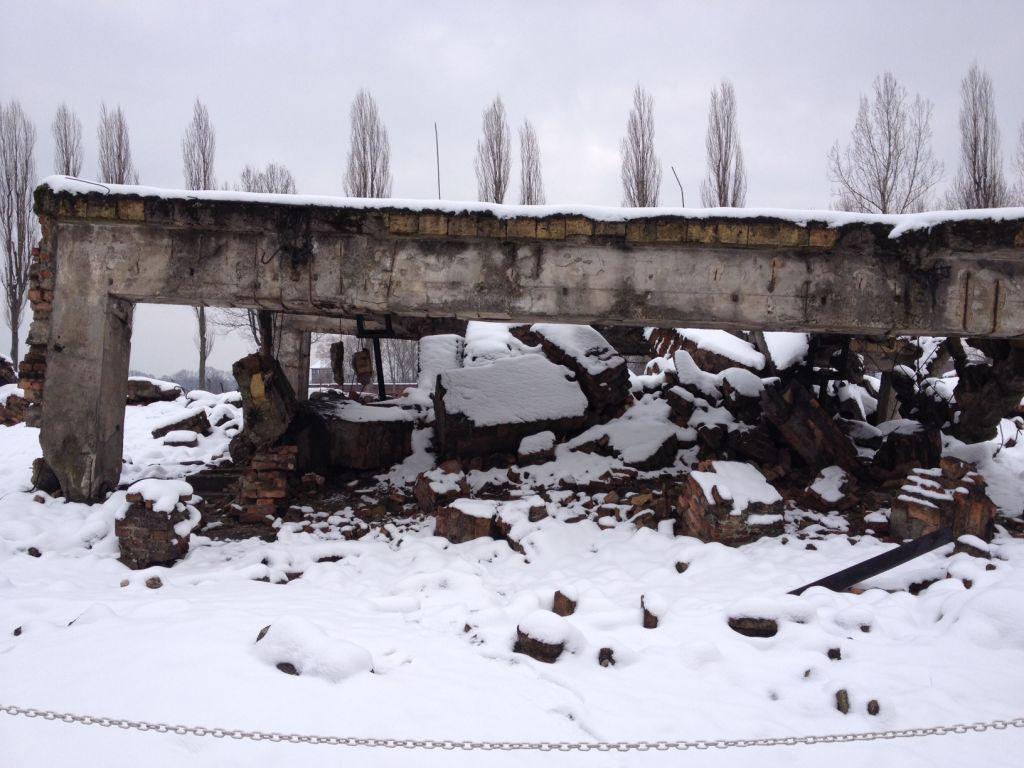 Les restes du Crematorium 1 bombardé à Auschwitz-Birkenau, détruit par les Nazis avant la marche de la mort (Crédit : Amanda Borschel-Dan/The Times of Israel)