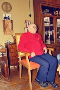 Arkady Bljacher dans sa maison à Brest, Biélorussie. Bljacher a travaillé sur le projet des pierres tombales juives dans la ville Biélorusse (Crédit : Autorisation de The Together Plan)