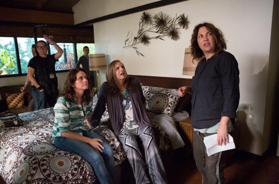 La créatrice de la série Jill Soloway dirigeant une scène de 'Transparent.' (Crédit : Autorisation Amazon Studios)