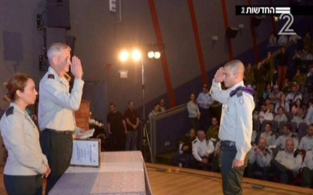 Yochai Kalangel, à gauche, saluant le chef de l'armée Benny Gantz. (Crédit : Capture d'écran Deuxième chaîne)