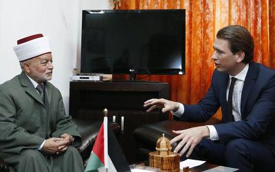 Le Mufti de Jérusalem Mohammad Ahmad Hussein et le ministre autrichien des Affaires étrangères Sebastian Kurz (Crédit : Arbeitsbesuch Israel/Creative Commons)