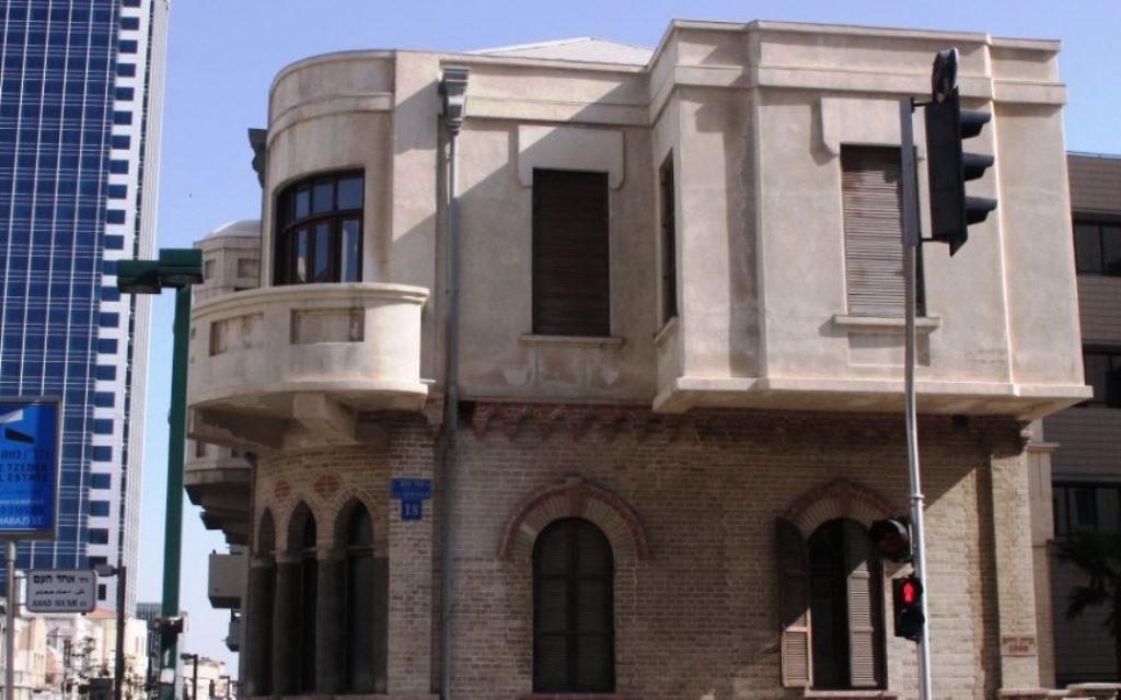 La perle d'Akiva Arie Weiss  dans la rue Herzl (Crédit : Shmuel Bar-Am)