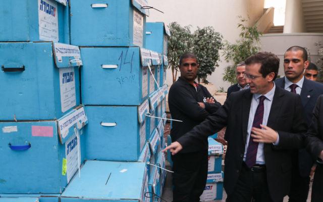 Le président du parti travailliste, Isaac Herzog au siège du parti lors des primaires le 11 janvier à Holon (Crédit : Flash90)