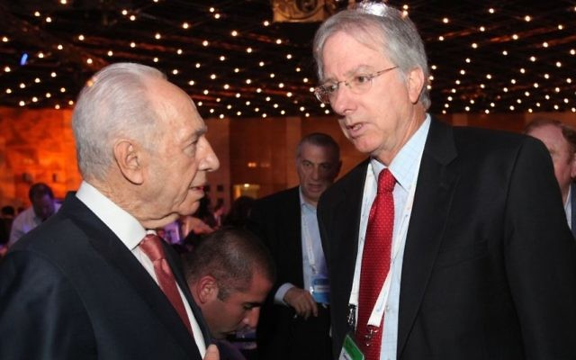 Le Président Shimon Peres et Dennis Ross, le diplomate americain, à Jerusalem, en 2014 (Crédit : Yossi Zamir/Flash 90)
