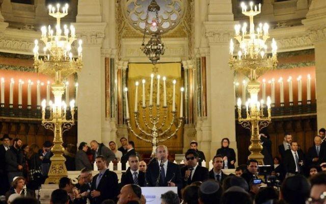 Le Premier Ministre Benjamin Netanyahu lors de la ceremonie pour les victimes des attaques à Paris à la Grande Synagogue de Paris le 11 Janvier 2015 (Crédit : Haim Zach/GPO)