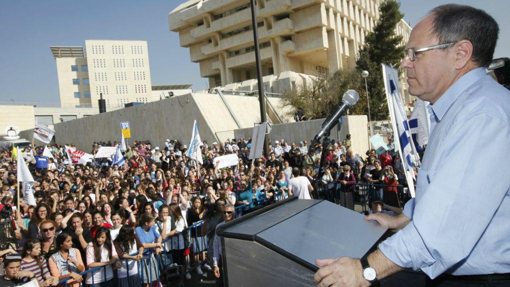Le dirigeant du Conseil de Yesha Dani Dayan s'adressant aux résidents des implantations manifestant devant les bureaux du Premier ministre Benjamin Netanyahu à Jérusalem le 21 november 2010 (Crédit : Miriam Alster/Flash90)