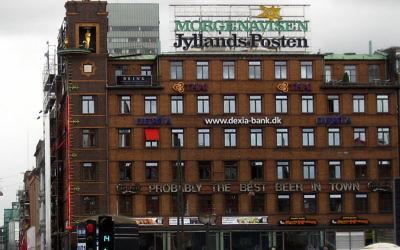 Le logo du journal danois Jyllands-Posten sur un immeuble à Copenhague (Crédit : Wikimédia Commons/user:tsca)