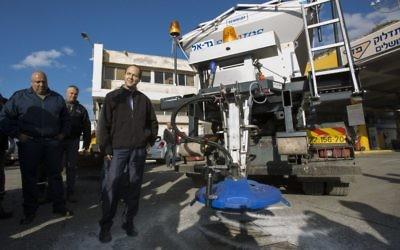 Le maire de Jérusalem Nir Barkat visite le département de maintenance de la municipalité de Jérusalem le 5 janvier 2014 (Crédit : Yonathan Sindel/Flash90)
