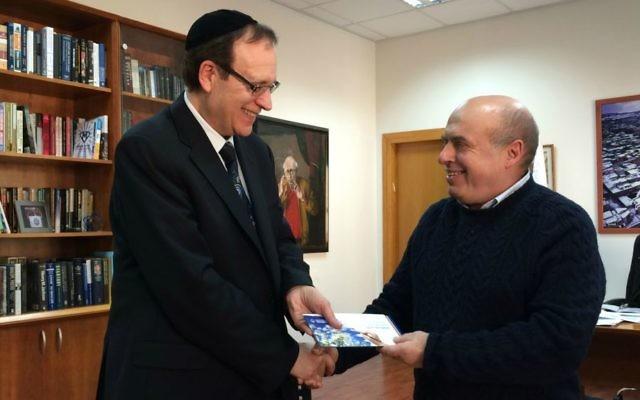 Le président de l'Agence juive d'Israël, Natan Sharansky (à droite) qui présente le chèque au frère de Howie Rothman au nom de  la Fédération UJA du grand Toronto le 5 janvier 2015 à Jérusalem (Crédit : Renee Ghert-Zand/TImes of Israel)