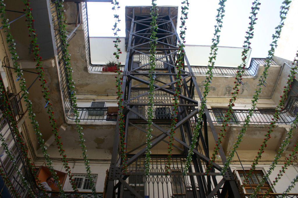 Le premier ascenseur de Tel Aviv qui se situe dans le passage de Pensak (Crédit : Shmuel Bar-Am)